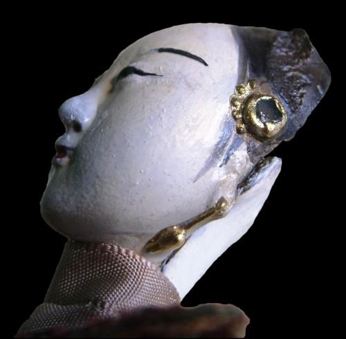 Figura 4. Ttesta femminile di burattino particolare dei gioielli