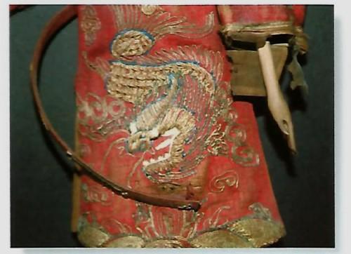 Figura 5. Decorazione frontale: mang drago a quattro artigli, prima del restauro