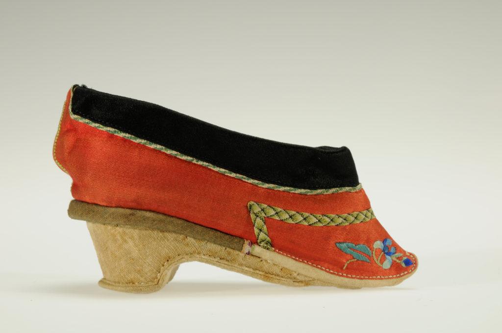 Scarpa cinese per piedi fasciati (Gigli o Loti Dorati) in seta ricamata, Lunghezza 13,5 cm, Larghezza 2 cm, XIX-XX sec., conservata presso il Museo Nazionale d'Arte Orientale 'Giuseppe Tucci', Inv. 21065. --