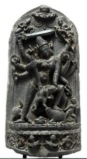 L'antica preminenza della Dea in India è adombrata in Durga, bellicosa Signora che sola riesce a distruggere i demoni, basalto, X/XI sec., Renzo Freschi Oriental Art, Milano